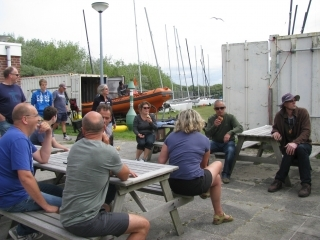 Palaver (briefing) op terras